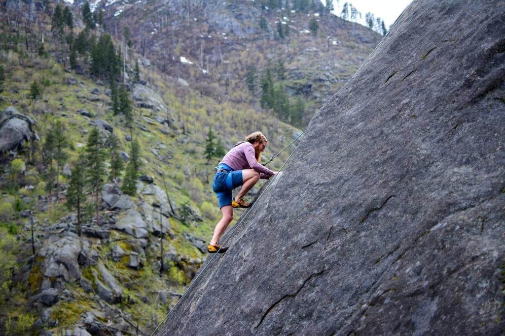 崖を登っている男性の写真