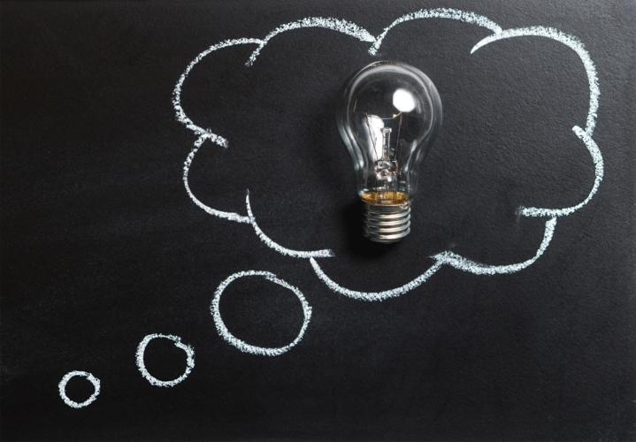 電球と黒板の写真