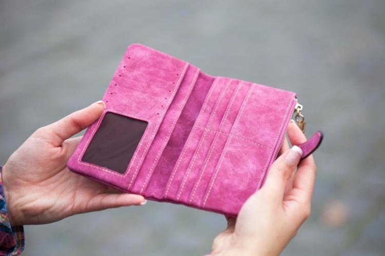 ピンク色の財布の写真